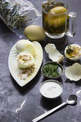 Teeeier mit Kräutertee gefärbt mit Sesam, Joghurt und Bärlauchdip serviert