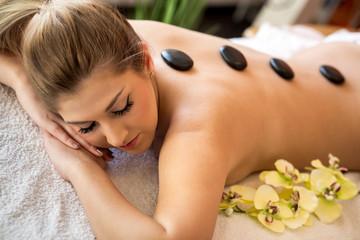 Frau bekommt sexy Massage