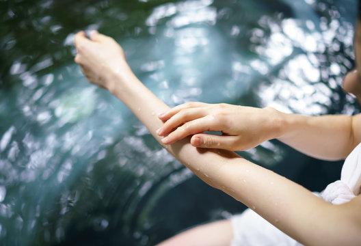 露天風呂・若い女性の腕