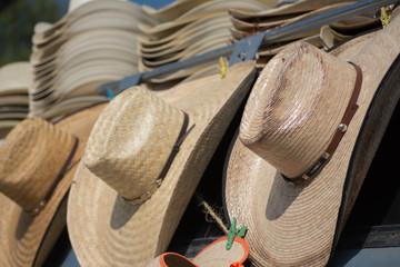 Muchos sombreros ordenados.