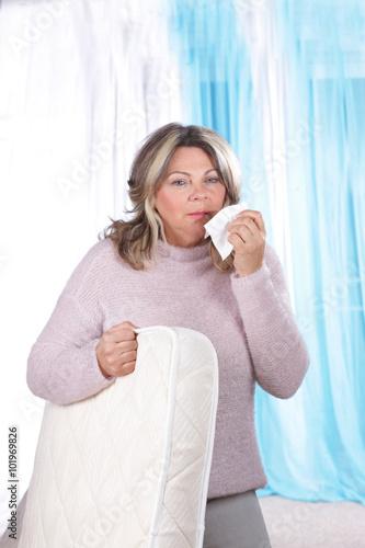 hausstaub milben allergie frau mit matraze stock photo. Black Bedroom Furniture Sets. Home Design Ideas