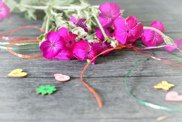 Frühlingsdekoration Blumen und Streudeko, Bänder