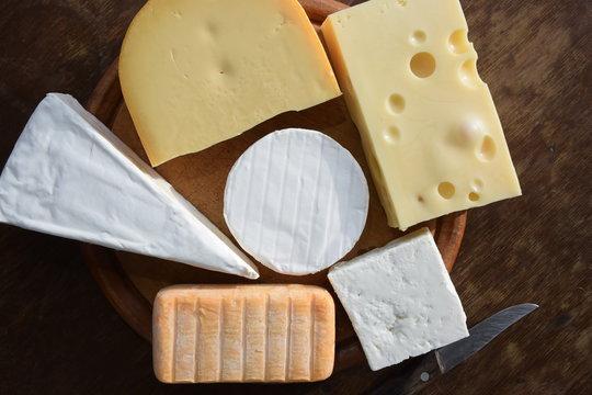 Käse auf einem Holzbrett