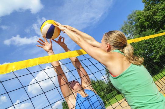Spielszene am Netz beim Beachvolleyball