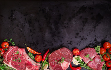 Photo sur Aluminium Viande Raw meat steaks on a dark background ready to roasting