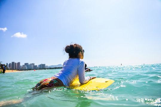 海でボディーボードをしている女性