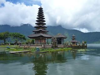 wunderschöner Wassertempel Pura Ulun Danu im Bratan See gelegen, Bali, Indonesien