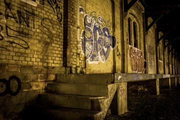 Verlassene Halle am Bahnhof in Mainz-Kastel zur blauen Stunde