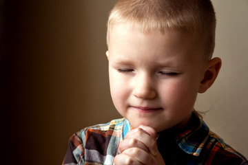 Young little boy praying