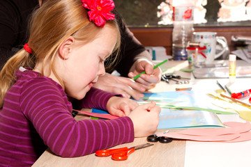 Mädchen beim malen mit Bundstift