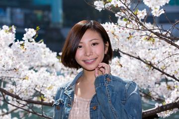 満開の桜・笑顔の女性 (天満橋 大川)