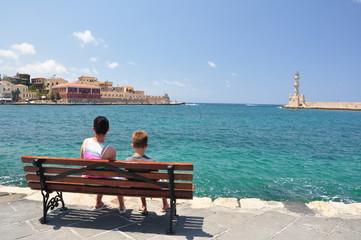 Urlauber sitzen am Hafen von Chania / Kreta