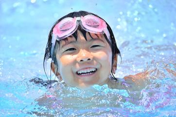 プールで楽しく泳ぐ女の子