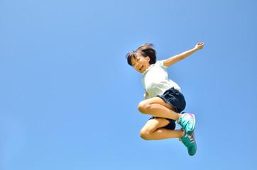 青空でジャンプする女の子