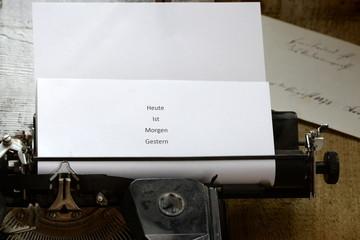 Heute, Morgen, Gestern, Botschaft auf alter Schreibmaschine
