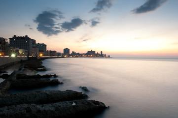 Malecón in Kuba, Havanna in der Abenddämmerung