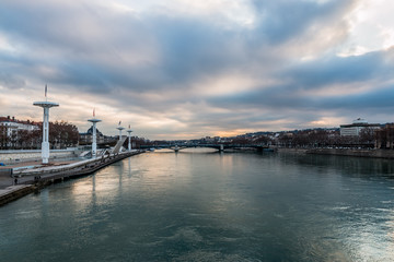 Piscine de Lyon vu des quais du Rhône