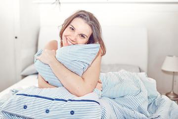 Giovane ragazza nel letto