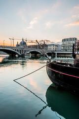 Péniche sur le Rhône et vue de Lyon