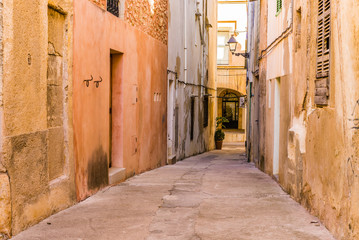 Fototapete - Narrow alleyway of an mediterranean old town