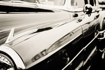 Fotomurales - Classic car photographed from the side.