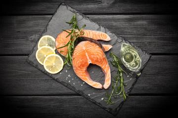 Fotoväggar - Fresh salmon on old wood