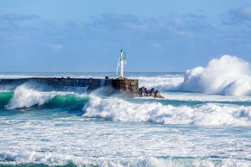 mer forte, jetée sud, port de Saint Gilles, île de la Réunion