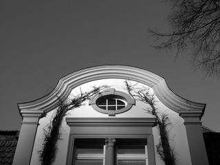 Neoklassizistische Elemente in der Fassade einer alten Villa in Oerlinghausen im Teutoburger Wald