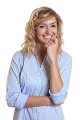 Moderne Frau mit blonden Locken schaut zur Kamera