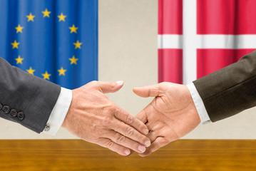 Vertreter der EU und Dänemarks reichen sich die Hand