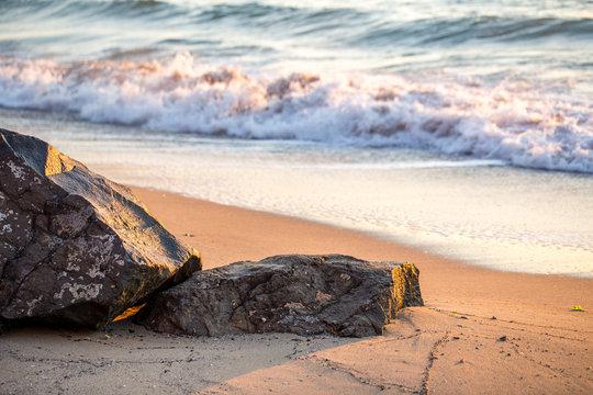 Goldene Morgensonne über dem Meer