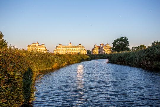 Hotel an einer Flußmündung ins Meer im Sonnenaufgang