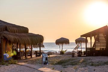 Beachbar am Meer in der aufgehenden Morgensonne