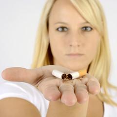 Raucher will Rauchen abgewöhnen und zerbricht Zigarette