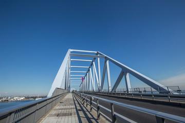 トラス橋の東京ゲートブリッジ