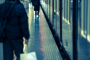 Fotobehang Treinstation 駅のプラットホームを歩く人々,光景