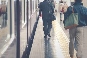 Photo sur Aluminium Gares 駅のプラットホームを歩く人々,光景