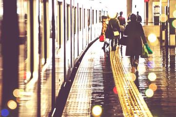 Stores à enrouleur Gares 駅のプラットホームを歩く人々,光景