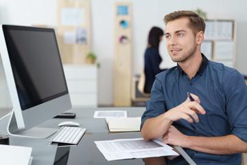 kollegen arbeiten im büro