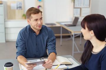 junge kollegen reden im büro