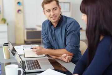 junges start-up team arbeitet am laptop