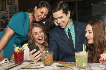 Vier Freunde am Tresen einer Bar