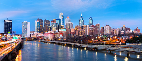 Fotomurales - Philadelphia skyline panorama at dusk.  Schuylkill expressway traffic runs parallel to Schuylkill river.