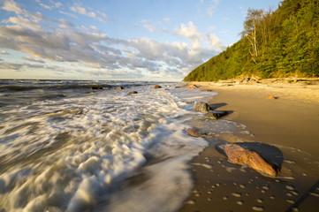 Fale wylewające się na morską plażę