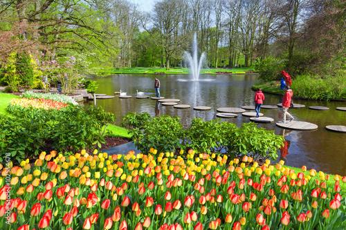 Fototapete Scenic with lake in Spring Park Keukenhof, Netherlands