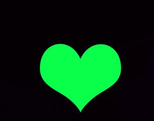 Зеленое сердце на черном фоне.