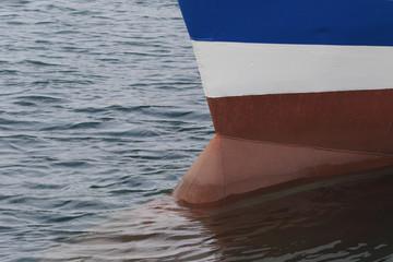 Bulbe d'étrave Bulbe d'étrave de navire de commerce à quai - France