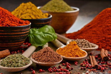 In de dag Kruiden Variety of spices on kitchen table