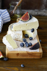 camembert cheese with fruits