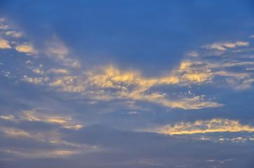Fondo de nubes al atardecer. Textura.